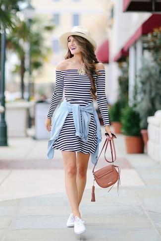 Wie kombinieren: weißes und dunkelblaues horizontal gestreiftes Freizeitkleid, hellblaues Jeanshemd, weiße niedrige Sneakers, braune Leder Umhängetasche