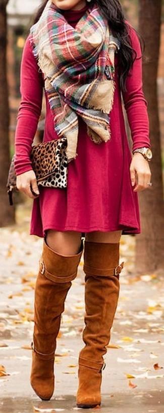 Wie kombinieren: rotes Freizeitkleid, rotbraune Overknee Stiefel aus Wildleder, beige Wildleder Clutch mit Leopardenmuster, mehrfarbiger Schal mit Schottenmuster