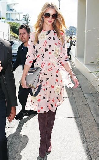 Wie kombinieren: hellbeige bedrucktes Freizeitkleid, braune Overknee Stiefel aus Wildleder, graue Leder Umhängetasche, dunkelbraune Sonnenbrille