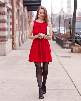 Wie kombinieren: rotes Falten Freizeitkleid, schwarze Wildleder Sandaletten, weiße Leder Umhängetasche, silberne Halskette