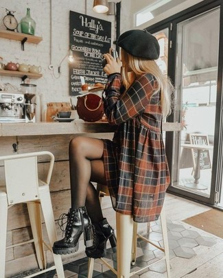 Wie kombinieren: braunes Freizeitkleid mit Karomuster, schwarze Schnürstiefeletten aus Leder, dunkelrote Lederhandtasche, schwarzes Barett
