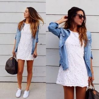Wie kombinieren: weißes Spitze Freizeitkleid, hellblaues Jeanshemd, weiße Leinenschuhe, dunkelbraune bedruckte Leder Reisetasche