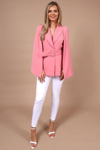 Mode für Damen ab 20 2020: Ein fuchsia Cape-Blazer und weiße enge Jeans sind absolut Alltags-Essentials und können mit einer Vielzahl von Kleidungsstücken gepaart werden. Vervollständigen Sie Ihr Look mit weißen Leder Sandaletten.