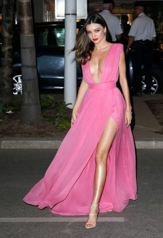 Miranda Kerr trägt Fuchsia Chiffon Ballkleid, Hellbeige Leder Sandaletten, Silberne Ohrringe
