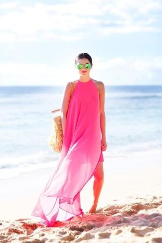 Wie kombinieren: fuchsia Chiffon Maxikleid, beige Shopper Tasche aus Häkel, grüne Sonnenbrille