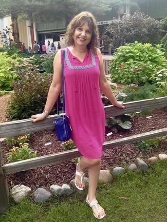 Wie kombinieren: fuchsia Folklore Kleid, weiße Zehentrenner, blaue Leder Umhängetasche