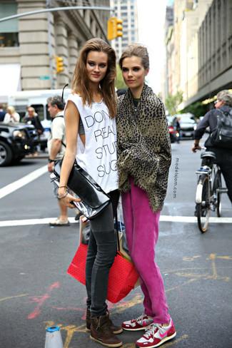 Wie kombinieren: fuchsia Jogginghose, weiße und rosa Sportschuhe, brauner Schal mit Leopardenmuster