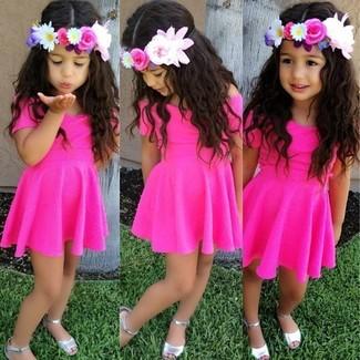 Wie kombinieren: fuchsia Kleid, silberne Sandalen