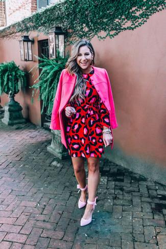 Wie kombinieren: fuchsia Mantel, rotes gerade geschnittenes Kleid mit Leopardenmuster, rosa Segeltuch Pumps