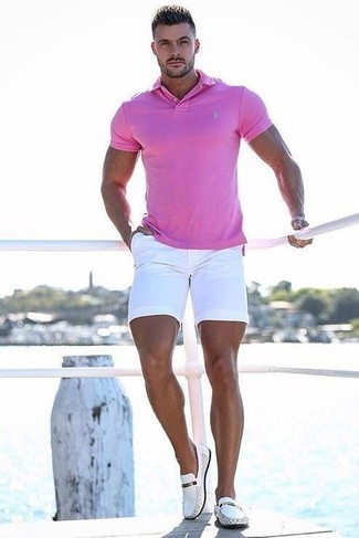 Wie kombinieren: fuchsia Polohemd, weiße Shorts, weiße Leder Slipper