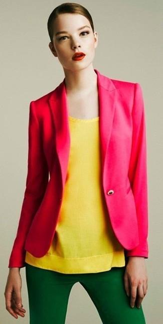 Wie kombinieren: fuchsia Sakko, gelbes ärmelloses Oberteil, grüne enge Hose