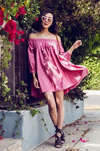 Rosa Sonnenbrille kombinieren – 86 Damen Outfits: Ein fuchsia schulterfreies Kleid und eine rosa Sonnenbrille sind wunderbar geeignet, um ein lockeres Outfit zu erreichen. Komplettieren Sie Ihr Outfit mit dunkelgrauen Wildleder Sandaletten.