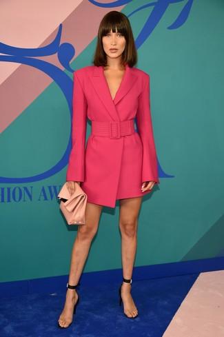 Rosa Leder Clutch kombinieren – 94 Damen Outfits: Sie möchten den mühelosen Freizeit-Stil perfektionieren? Erwägen Sie das Tragen von einem fuchsia Tuxedokleid und einer rosa Leder Clutch. Transparente Gummi Sandaletten sind eine perfekte Wahl, um dieses Outfit zu vervollständigen.