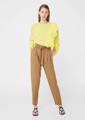 Wie kombinieren: gelbe Langarmbluse, beige Karottenhose, schwarze Leder Zehentrenner