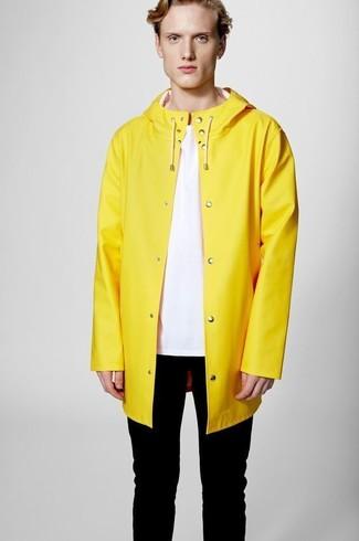 Wie kombinieren: gelbe Regenjacke, rosa T-Shirt mit einem Rundhalsausschnitt, schwarze enge Jeans