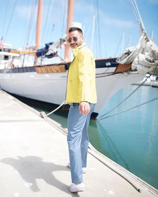 Wie kombinieren: gelbe Windjacke, hellblaue Chinohose, weiße Segeltuch niedrige Sneakers