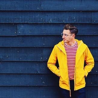 Wie kombinieren: gelbe Windjacke, weißes und rotes horizontal gestreiftes T-Shirt mit einem Rundhalsausschnitt, dunkelblaue Jeans