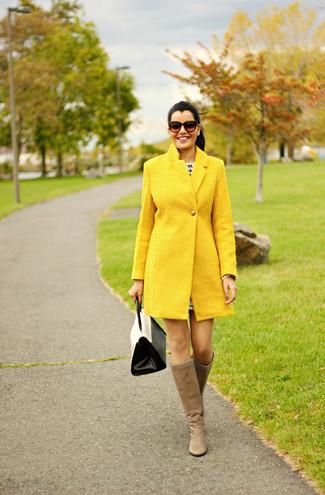 Wie kombinieren: gelber Mantel, beige kniehohe Stiefel aus Leder, weiße und schwarze Satchel-Tasche aus Leder