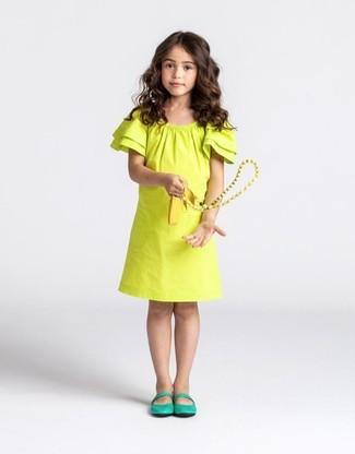 Wie kombinieren: gelbes Kleid, grüne Ballerinas