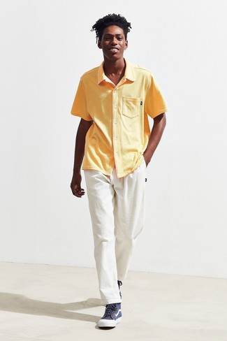 Wie kombinieren: gelbes Kurzarmhemd, weiße Kordjeans, dunkelblaue hohe Sneakers