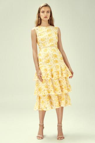 Wie kombinieren: gelbes Midikleid mit Blumenmuster, hellbeige Leder Sandaletten, goldene Ohrringe