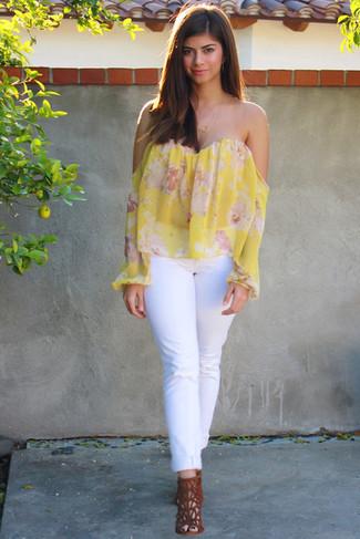Weiße Jeans kombinieren: trends 2020: Kombinieren Sie ein gelbes schulterfreies Oberteil mit Blumenmuster mit weißen Jeans für ein super lässiges City-Outfit, das, Coolness und Persönlichkeit ausstrahlt. Komplettieren Sie Ihr Outfit mit rotbraunen Wildleder Sandaletten.