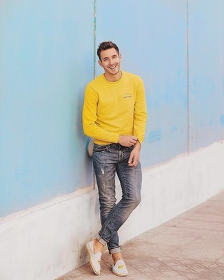 Wie kombinieren: gelbes Sweatshirt, blaue Jeans mit Destroyed-Effekten, weiße bestickte Segeltuch Espadrilles