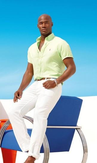 Wie kombinieren: gelbgrünes Kurzarmhemd, weiße Chinohose, brauner Ledergürtel