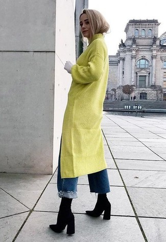 Wie kombinieren: gelbgrünes Sweatkleid, blaue Boyfriend Jeans, schwarze elastische Stiefeletten