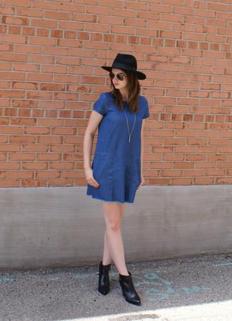 Blaues Gerade Geschnittenes Kleid Aus Jeans Schwarze Leder