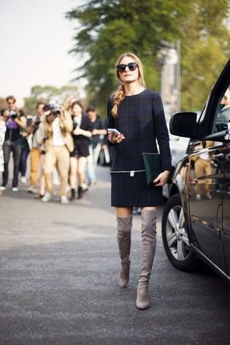 Olivia Palermo trägt Dunkelblaues Gerade Geschnittenes Kleid mit Schottenmuster, Graue Overknee Stiefel aus Wildleder, Dunkelgrüne Leder Clutch, Dunkelbraune Sonnenbrille