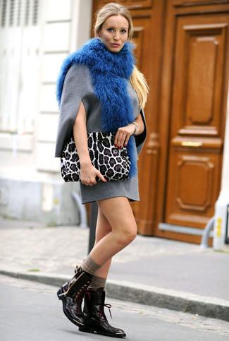 Wie kombinieren: graues Wollgerade geschnittenes kleid, schwarze flache Stiefel mit einer Schnürung aus Leder, weiße Wildleder Clutch mit Leopardenmuster, blauer Pelzschal