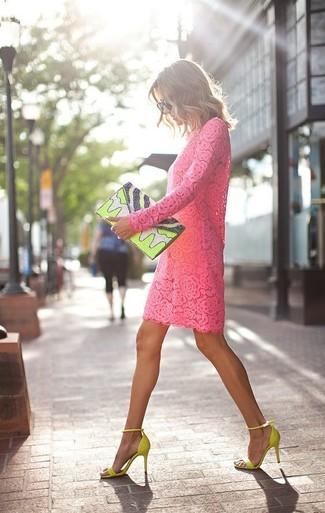 Wie kombinieren: fuchsia gerade geschnittenes Kleid aus Spitze, gelbgrüne Wildleder Sandaletten, gelbgrüne bedruckte Leder Clutch, schwarze Sonnenbrille