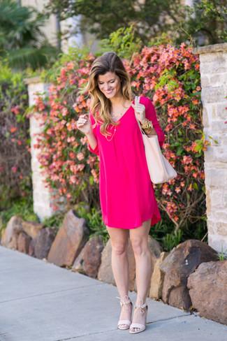 Goldenes Armband kombinieren: elegante Outfits: trends 2020: Probieren Sie die Paarung aus einem fuchsia gerade geschnittenem Kleid und einem goldenen Armband, um ein perfektes Freizeit-Outfit zu erzeugen. Komplettieren Sie Ihr Outfit mit rosa Wildleder Sandaletten.