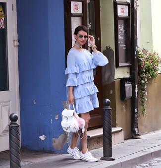 Wie kombinieren: hellblaues gerade geschnittenes Kleid mit Rüschen, weiße niedrige Sneakers, weißer Leder Rucksack, hellbeige Leder Uhr