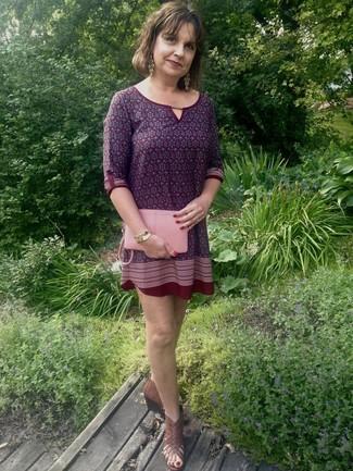 dunkelrotes bedrucktes gerade geschnittenes Kleid, braune Keilsandaletten aus Leder, rosa Leder Clutch, goldenes Armband für Damen