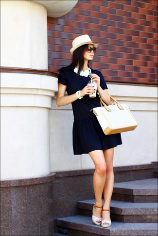 Wie kombinieren: dunkelblaues gerade geschnittenes Kleid, weiße Keilsandaletten aus Häkel, hellbeige Shopper Tasche aus Stroh, hellbeige Strohhut