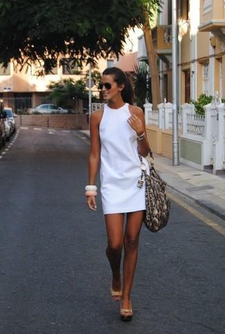 Wie kombinieren: weißes gerade geschnittenes Kleid, hellbeige Keilsandaletten aus Leder, graue Shopper Tasche aus Leder mit Schlangenmuster, schwarze Sonnenbrille
