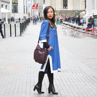 Dunkellila Leder Umhängetasche kombinieren – 37 Damen Outfits: Möchten Sie ein interessantes Freizeit-Outfit zaubern, ist diese Kombi aus einem blauen gerade geschnittenem Kleid und einer dunkellila Leder Umhängetasche Ihre Wahl. Ergänzen Sie Ihr Look mit schwarzen Leder Stiefeletten.