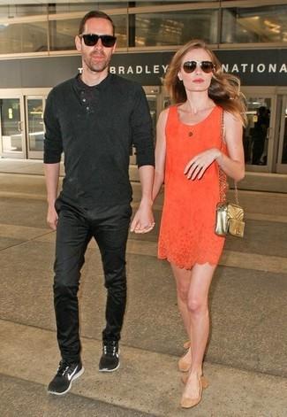 Wie kombinieren: orange gerade geschnittenes Kleid, beige Wildleder Ballerinas, goldene gesteppte Leder Umhängetasche, dunkelbraune Sonnenbrille