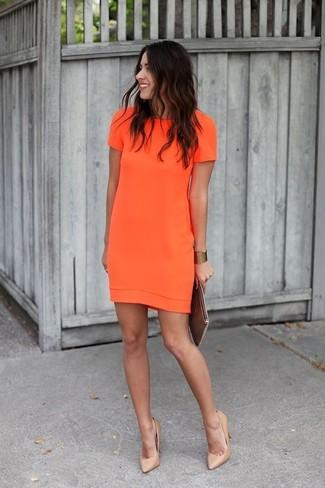 Tragen Sie ein orange gerade geschnittenes Kleid für Drinks nach der Arbeit. Vervollständigen Sie Ihr Look mit beige Leder Pumps.