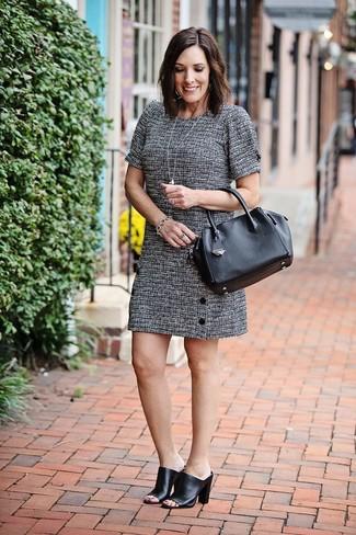 Damen Outfits 2020: Um eine edle und tolle Silhouette zu formen, wahlen Sie ein graues Tweed gerade geschnittenes Kleid. Schwarze Leder Pantoletten sind eine perfekte Wahl, um dieses Outfit zu vervollständigen.