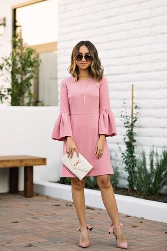 Paaren Sie ein rosa gerade geschnittenes kleid mit rüschen mit einer schwarzen sonnenbrille und Sie werden wie ein richtiges Babe aussehen. Vervollständigen Sie Ihr Look mit rosa wildleder pumps.