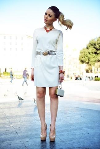 Wie kombinieren: weißes gerade geschnittenes Kleid, hellbeige Leder Pumps, graue verzierte Leder Clutch, silberner Leder Taillengürtel