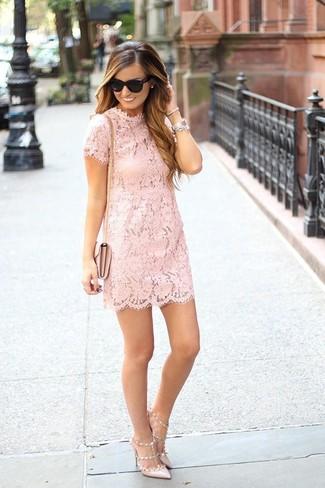Hellbeige Leder Pumps kombinieren – 500+ Damen Outfits: Um eine raffinierte und tolle Silhouette zu zaubern, tragen Sie ein rosa gerade geschnittenes Kleid aus Spitze. Hellbeige Leder Pumps sind eine kluge Wahl, um dieses Outfit zu vervollständigen.