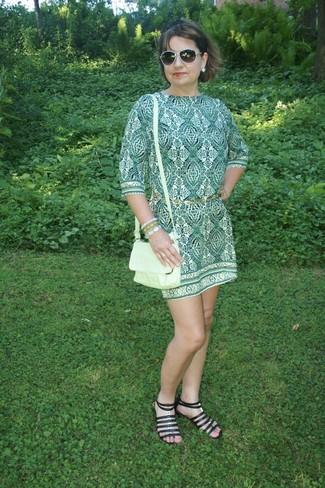 grünes bedrucktes gerade geschnittenes Kleid, schwarze Römersandalen aus Leder, grüne Leder Umhängetasche, goldener Gürtel für Damen