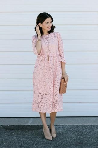 Wie kombinieren: rosa gerade geschnittenes Kleid aus Spitze, hellbeige Leder Pumps, goldene Uhr, goldener Anhänger