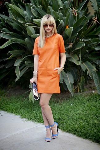 Wie kombinieren: orange gerade geschnittenes Kleid aus Leder, blaue Leder Sandaletten, blaue bedruckte Leder Clutch, orange Sonnenbrille