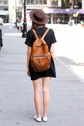 Wie kombinieren: schwarzes gerade geschnittenes Kleid, weiße Leder Ballerinas, rotbrauner Leder Rucksack, dunkelbrauner Wollhut