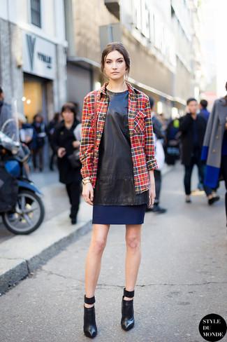 Wie kombinieren: schwarzes gerade geschnittenes Kleid aus Leder, dunkelrotes Businesshemd mit Schottenmuster, schwarze Leder Stiefeletten, dunkelrote Leder Umhängetasche